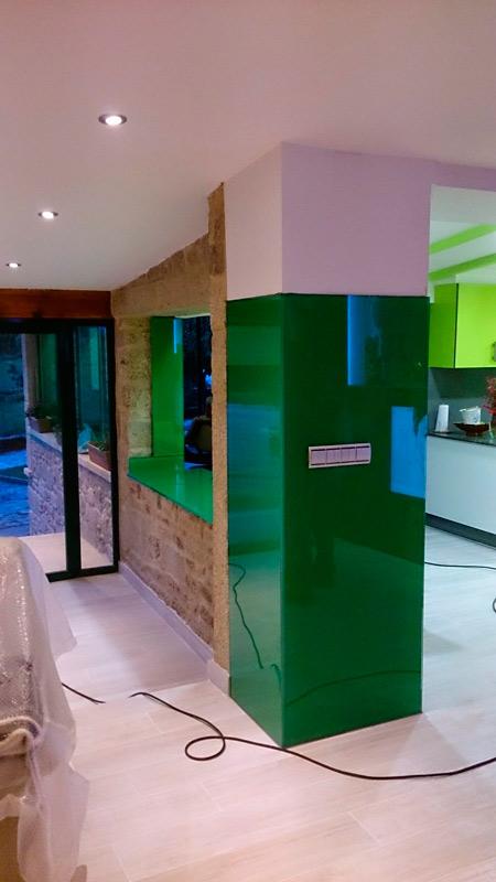Columna con revestimiento de cristal verde