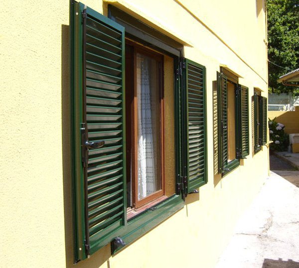 Ventanas de aluminio con persiana veneciana