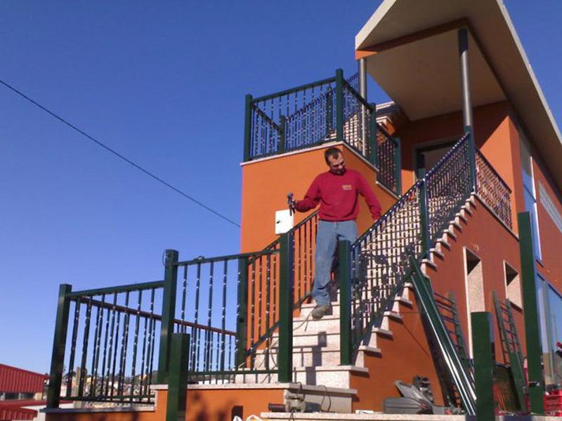 Barandillas de aluminio lacado para escaleras